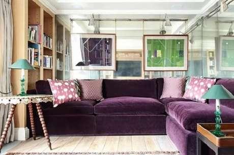 37. O sofá roxo de canto delimita a área da sala. Fonte: Pinterest