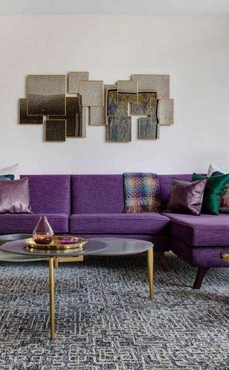 39. O sofá roxo de linho trouxe elegância para a decoração. Fonte: Pinterest