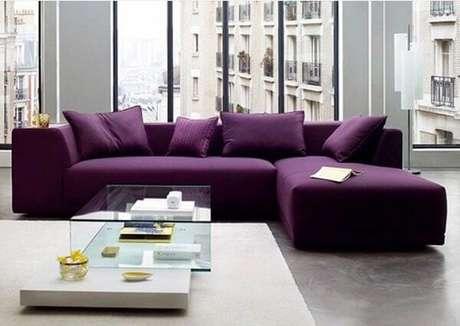 40. O sofá roxo escuro se destaca na decoração do ambiente. Fonte: Deu Certo