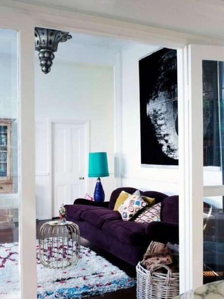 41. O sofá roxo não passa despercebido no ambiente. Fonte: Pinterest