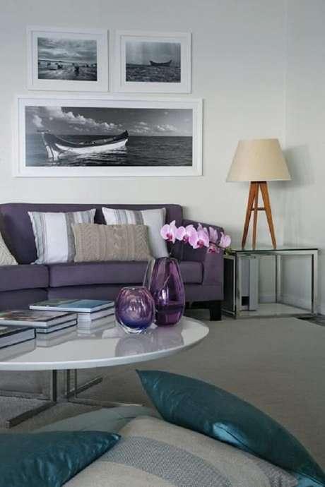 43. O sofá roxo se conecta com os tons de cinza da decoração. Projeto por Francisco Calio