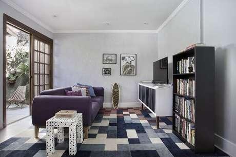 44. O sofá roxo se encaixa de forma harmoniosa na composição desse espaço. Projeto por Mariana Martini