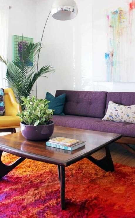 5. Ouse na decoração e aposte na combinação entre tapete laranja e sofá roxo. Fonte: Pinterest
