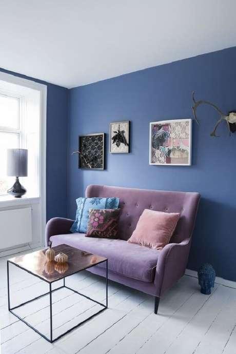 49. Parede azul e sofá roxo formam uma combinação ousada. Fonte: Bolig Magasinet
