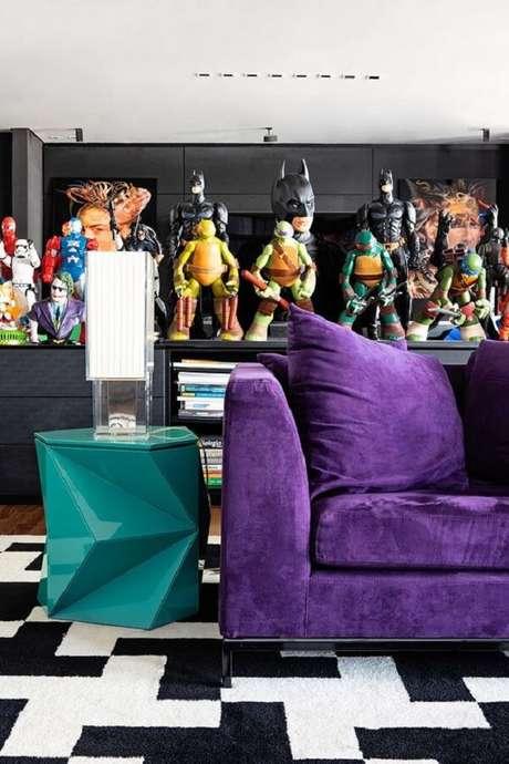 2. Sala com sofá roxo confere uma decoração moderna. Fonte: Casa de Valentina