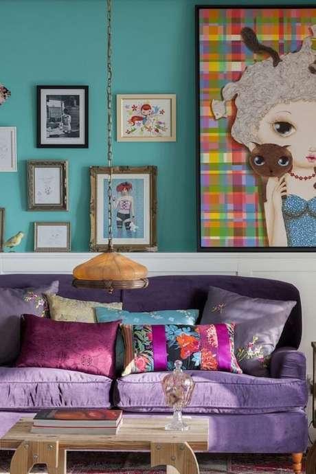 50. Sala com sofá roxo e almofadas estampadas trazem charme e estilo ao espaço. Projeto por Danni Couto