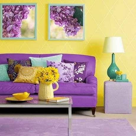 51. Sala com sofá roxo e objetos decorativos amarelo e verde. Fonte: MontaCasa