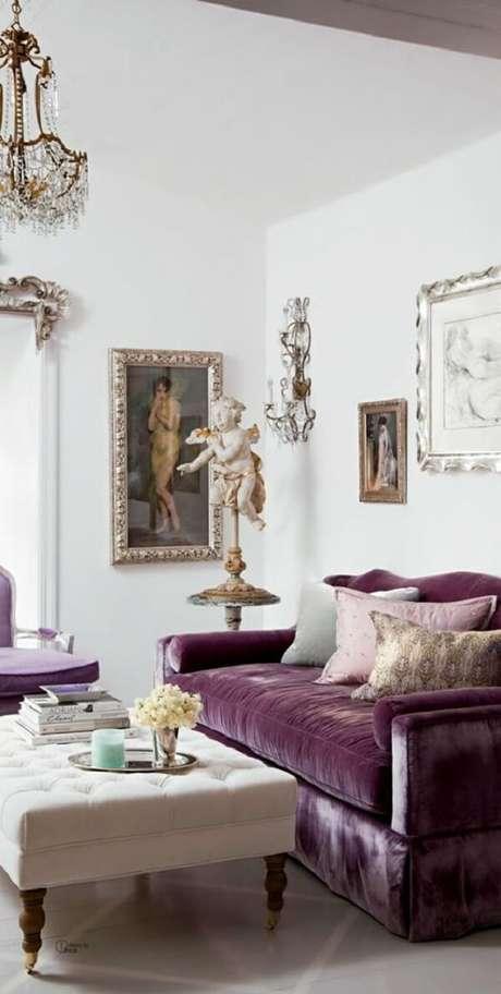 53. Sala de luxo com sofá roxo. Fonte: Fashionismo