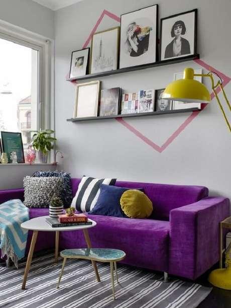 54. Sala moderna com sofá de canto roxo. Fonte: Molly the Bunny