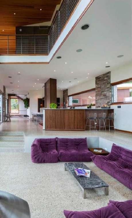 55. Sofá roxo aconchegante estilo futton decora sala moderna. Fonte: Pinterest