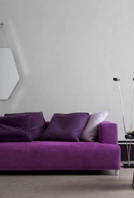 56. Sofá roxo com design moderno e minimalista. Fonte: Pinterest