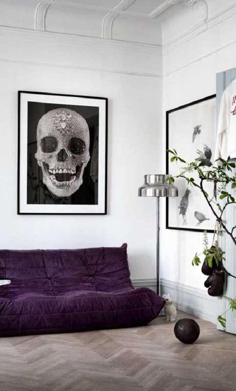 57. Sofá roxo com pegada de futton se destaca na decoração da sala. Fonte: Pinterest