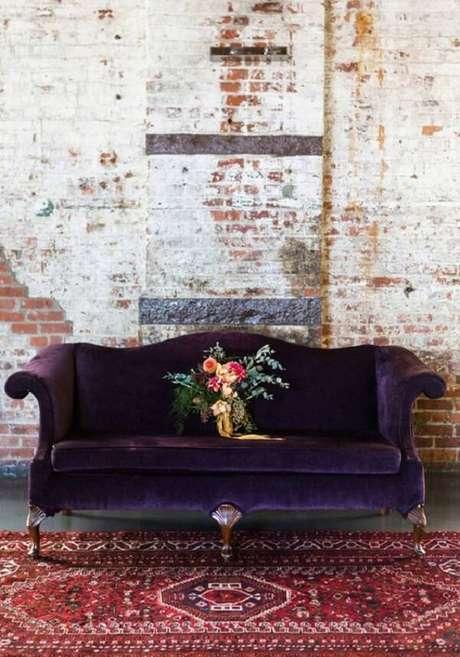 59. Sofá roxo escuro com design clássico. Fonte: Pinterest