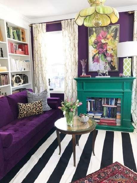 60. Sofá roxo escuro com tapete listrado decoram o espaço. Fonte: Pinterest