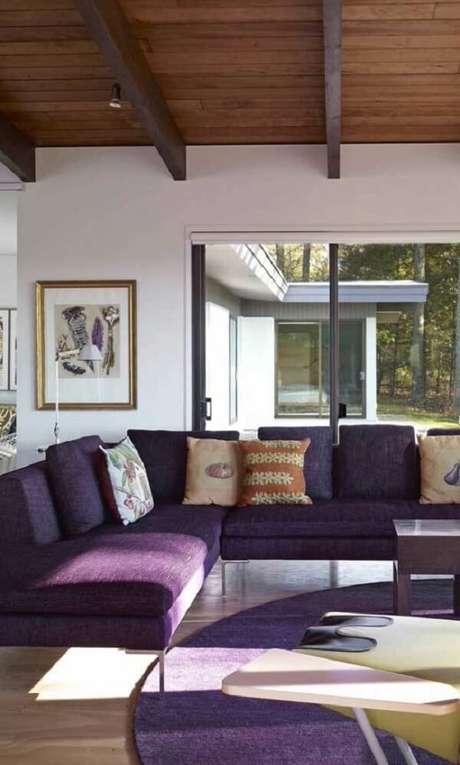 62. Tapete e sofá de canto roxo? Aposte nessa combinação! Fonte: Pinterest