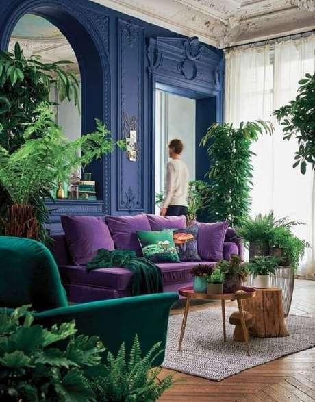 63. Tons de verde e sofá roxo formam uma combinação ousada. Fonte: Pinterest