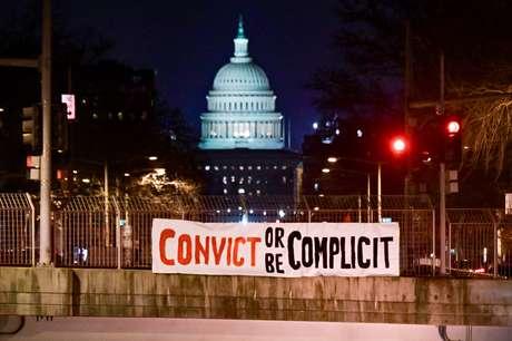 Faixa de protesto contra o ex-presidente dos EUA Donald Trump em frente ao prédio do Congresso dos EUA 09/02/2021 REUTERS/Erin Scott