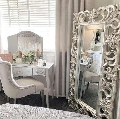 47. A moldura do espelho vintage agrega valor no dormitório. Fonte: Sparkly Grey Home