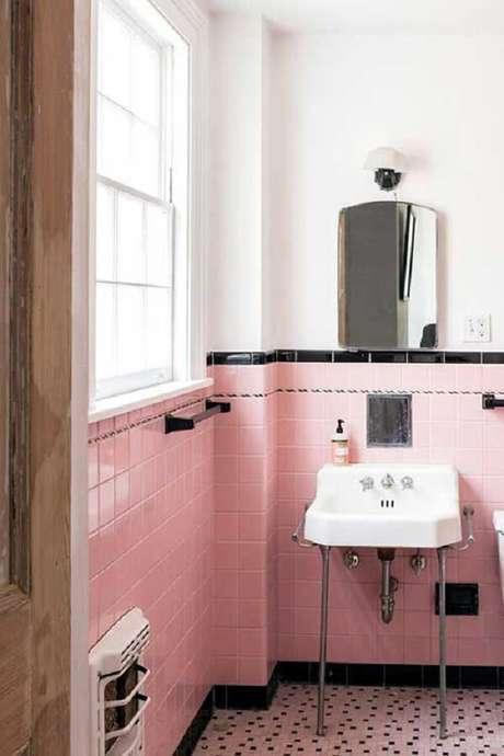 46. Azulejos rosas e espelho vintage para banheiro é uma boa pedida na decoração. Fonte: Pinterest