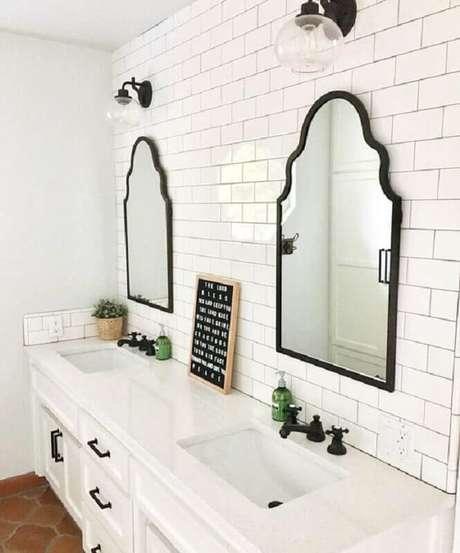 9. Banheiro clássico decorado com revestimento de parede branco – Foto: Pinterest