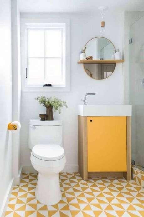 45. Banheiro com elementos em amarelo e espelho redondo vintage delicado. Fonte: Pinterest