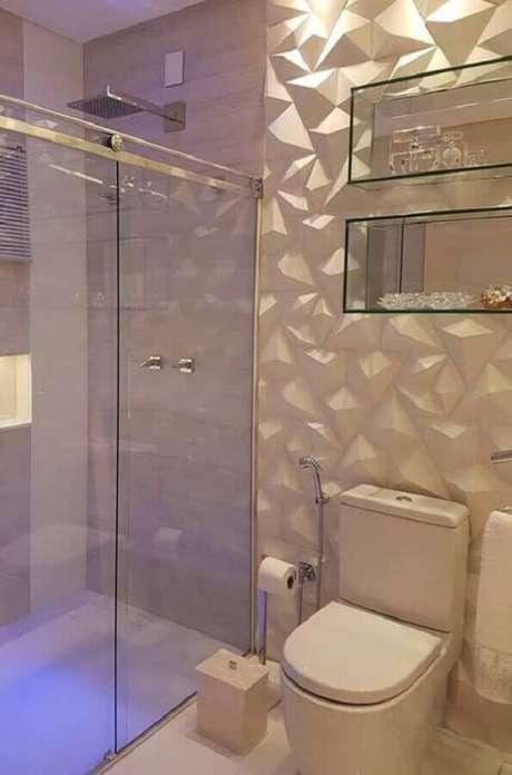13. Revestimento 3D branco para decoração de banheiro com nichos de vidro – Foto: Pinterest