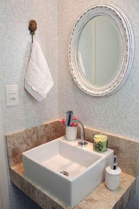 6. Banheiro pequeno com espelho vintage patinado em branco. Fonte: Casinha Arrumada