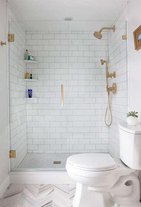 14. Revestimento de parede branco para decoração de banheiro com detalhes em dourado – Foto: Archidea