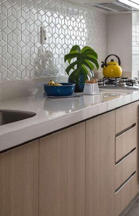 16. Revestimento branco para cozinha decorada com armário de madeira planejado – Foto: Doob Arquitetura