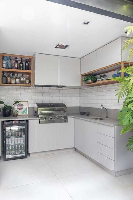 21. Revestimento cerâmico branco para decoração de cozinha de canto com nichos de madeira – Foto: Casa de Valentina