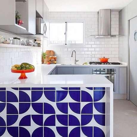 22. Decoração clean com revestimento branco e azul para cozinha em U – Foto: Pinterest