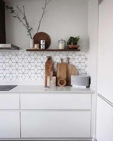 23. Revestimento de parede branco geométrico para cozinha planejada – Foto: Home Fashion Trend