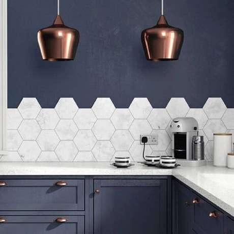 10. Decoração com revestimento hexagonal branco para cozinha com parede azul escura – Foto: Liliana Zenaro Interiores