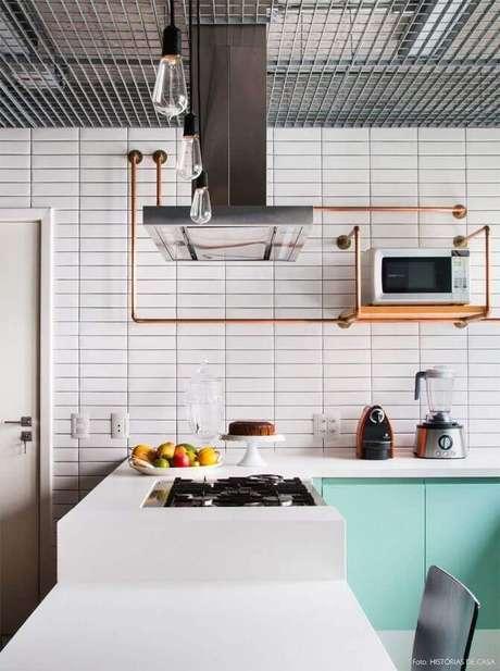 24. Revestimento branco liso para decoração de cozinha planejada com armários verde água – Foto: Histórias de Casa
