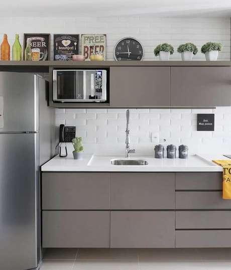 25. Armários cinza planejado para decoração de cozinha com revestimento branco – Foto: Pinterest