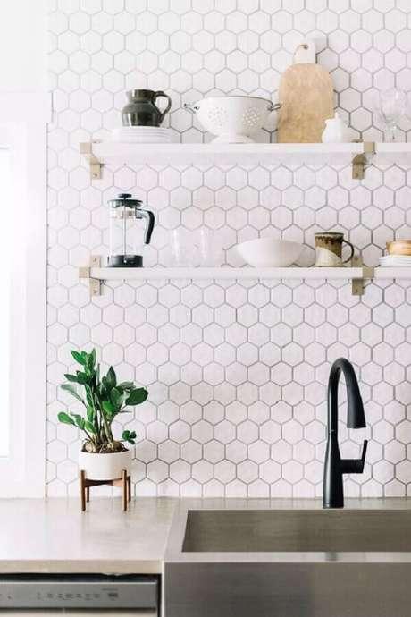 26. Revestimento hexagonal branco para decoração de cozinha – Foto: Apartment Therapy