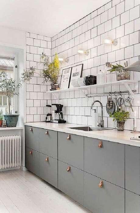29. Revestimento de parede branco liso para cozinha planejada com armário cinza – Foto: Bloglovin'