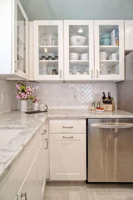30. Decoração de cozinha planejada clássica com revestimento de parede branco – Foto: HGTV