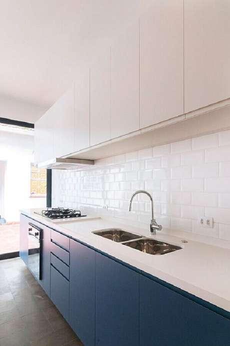 31. Decoração clean com armários planejados e revestimento branco para cozinha – Foto: INÁ Arquitetura