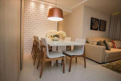 32. Revestimento 3D branco para sala de antar decorada com lustre pendente cobre – Foto: Andrea Fonseca