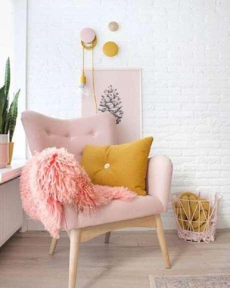 31. Decoração com poltrona capitonê rosa bebê e almofada amarela – Via: Pinterest