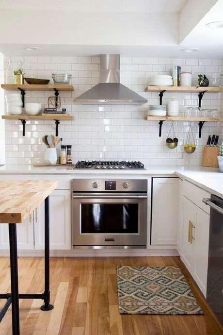 2. Decoração estilo clássico com revestimento branco liso para cozinha – Foto: Jeito de Casa