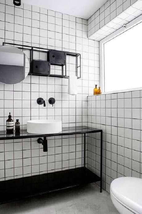 33. Banheiro minimalista decorado com revestimento de parede branco – Foto: Futurist Architecture