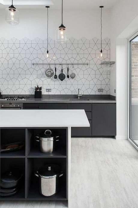 34. Revestimento de parede branco geométrico para cozinha ampla e moderna – Foto: Houzz
