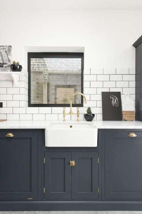 6. Decoração para cozinha com revestimento branco e armário clássico azul escuro – Foto: Maison de Pax
