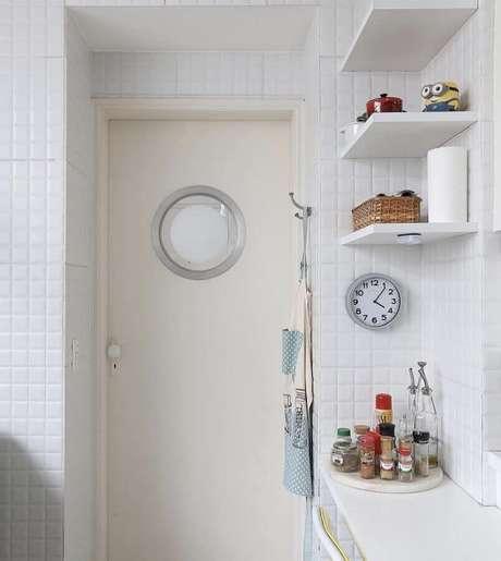 35. Decoração simples para cozinha com revestimento branco – Foto: Home Fashion Trend