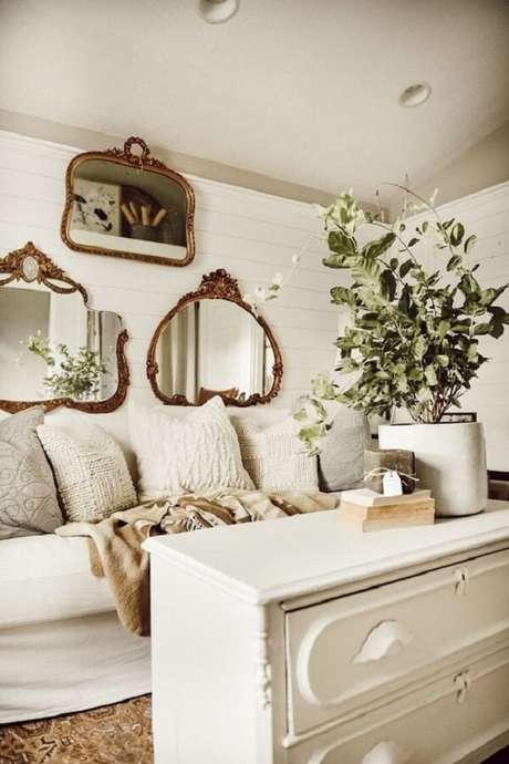 44. Diferentes modelos de espelho vintage foram posicionados sobre o sofá da sala. Fonte: Pinterest