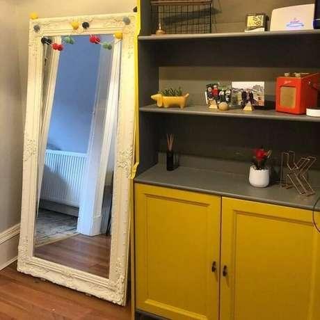 7. Espelho branco vintage decorado com adornos coloridos. Fonte: Wright At Home