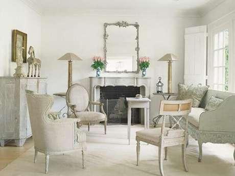 41. Espelho com moldura vintage e tons sóbrios decoram a sala de estar. Fonte: SOS Móveis Antigos