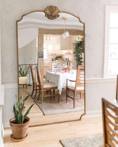 39. Espelho de chão vintage grande com acabamento dourado. Fonte: Pinterest